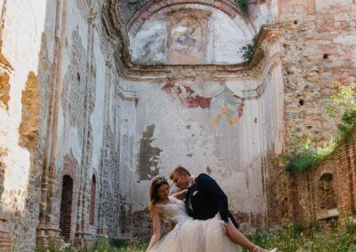 sesja ślubna w ruinach klasztoru w Zagórzu